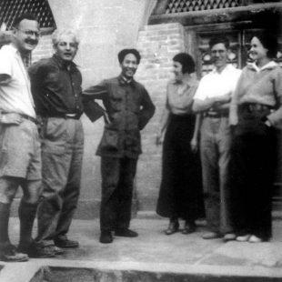 1937年6月毛主席在延安与美国记者合影